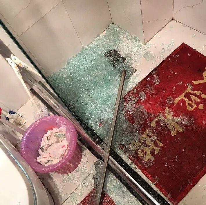 准备洗澡,浴室的钢化玻璃突然炸掉!差点躺床上过年!